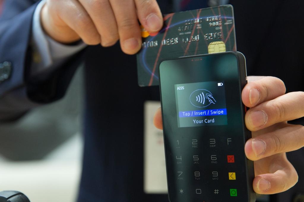 consumo famílias em janeiro 2019 smartphone-hand-technology-finger-money-telephone-795488-pxhere.com