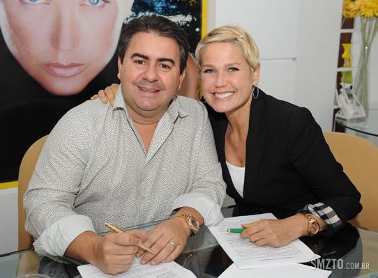 Semenzato, na assinatura do contrato com Xuxa